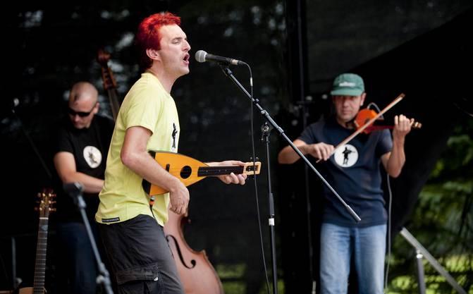 Christian Schenker mit seiner Band Grüüveli Tüüfeli.