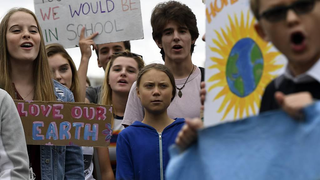Gemeinsam mit amerikanischen Jugendlichen demonstriert Klimaaktivistin Greta Thunberg (Mitte, blaue Jacke) vor dem Weissen Haus in Washington für mehr Klimaschutz.