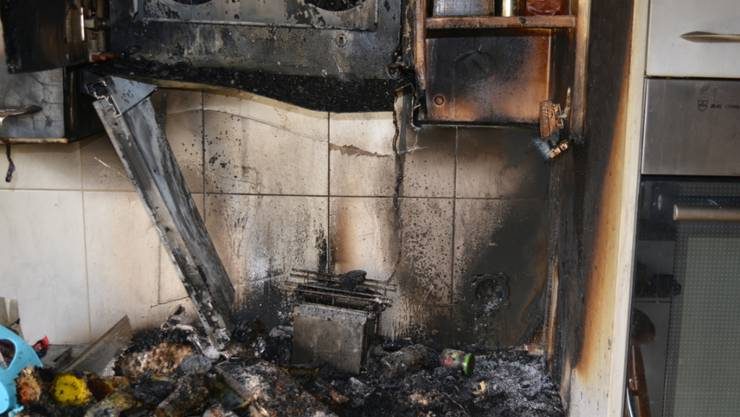 Beträchtlicher Schaden nach einem Wohnungsbrand in Chur. (Bild: Kantonspolizei Graubünden).
