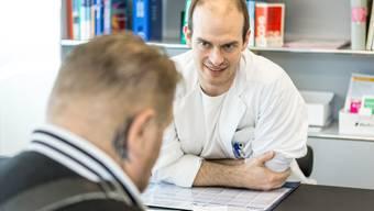 Jeden Tag sieht Simon Schläppi zwischen 25 und 35 Patienten. Solche, die im Sterben liegen, bekommen auch seine Handynummer.