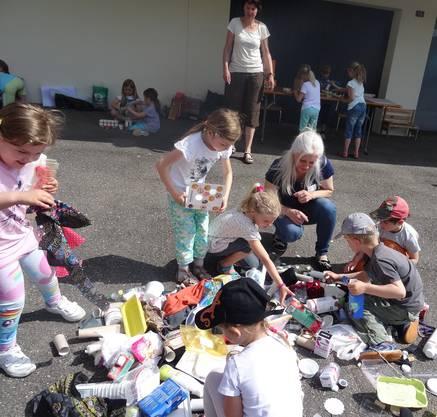 """Kinder basteln aus Gegenständen eines """"Abfallberges"""" etwas Kreatives"""
