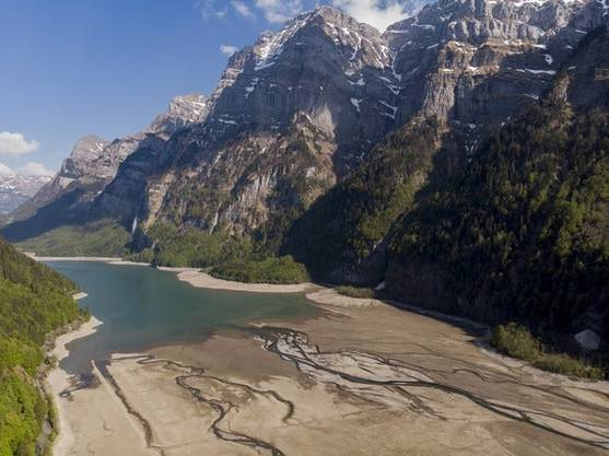 Eine Drohnenaufnahme vom April 2020 zeigt, dass die Trockenheit im Frühjahr tiefe Wassertstände verursacht hat, wie hier am Klöntalersee im Glarus.
