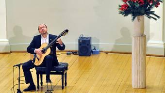 Anderthalb Stunden lang musizierte Michael Erni auswendig und mit viel Spielfreude.