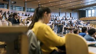 Im «Auditorium maximum» der HSG hören die meisten Studenten zu.