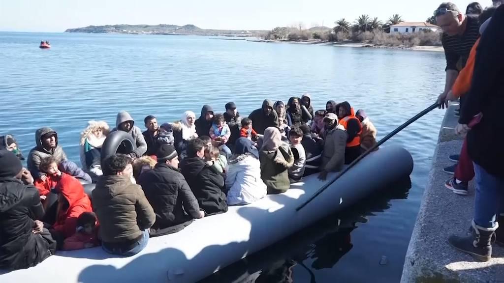 Wütende Griechen hindern Flüchtlinge am Anlanden