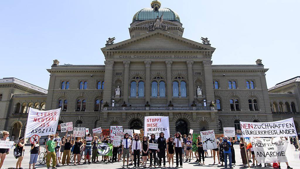 Aktivisten protestieren gegen Waffenexporte in Bürgerkriegsländer. Kritik an der Exportpraxis übt auch die Eidgenössische Finanzkontrolle. (Archivbild)