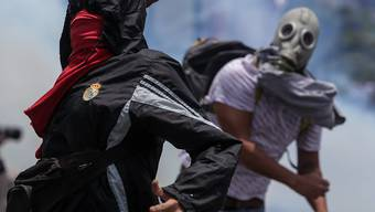 Demonstranten gegen Sicherheitskräfte in Caracas.