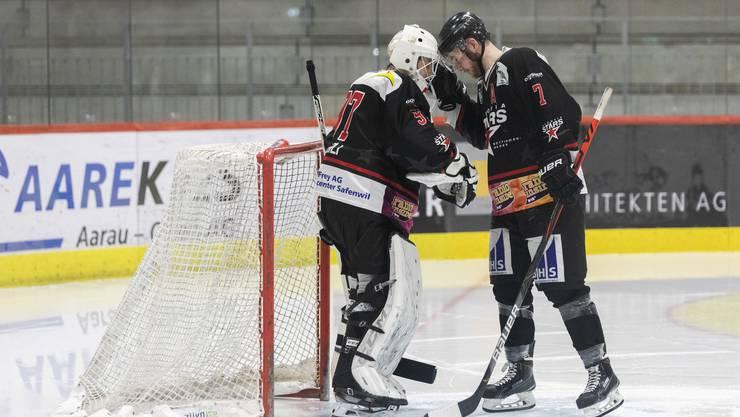 Starker Rückhalt: Argovia-Stars-Goalie Sandro Wehrli (l., zusammen mit Verteidiger Ben Fopma)