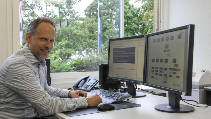 Gemeindeschreiber Christoph Weibel präsentiert das neue Organigramm der Gemeindeleitung.