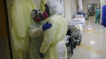 Medizinische Mitarbeiter von DHR Health in McAllen (Texas) in einer Einrichtung zur Betreuung von Covid-19-Patienten. Foto: Eric Gay/AP/dpa