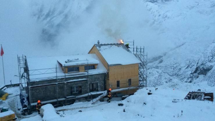 Brand auf 2000 Metern: Zum Löschen der Flammen in der Zwinglipasshütte mussten zwei Helikopter Feuerwehrleute und Löschmaterial auf den Berg fliegen.