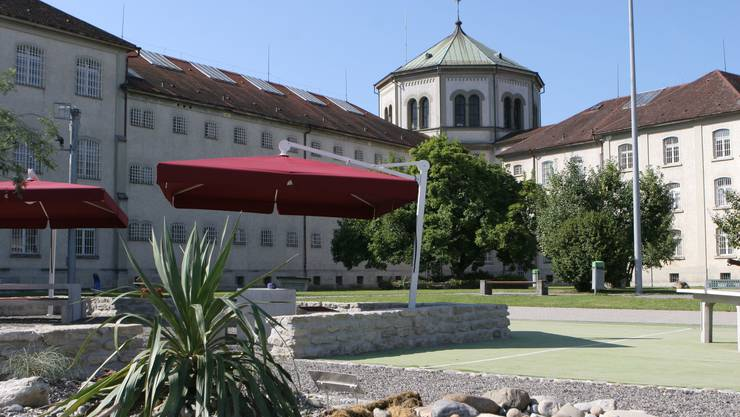 Blick auf die JVA Lenzburg: Hier will EVP-Grossrat Sämi Richner Verwahrte unterbringen (Archiv)