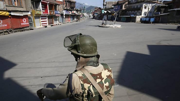 Ein indischer paramilitärischer Soldat steht während der Ausgangssperre in Srinagar Wache. (Archivbild)