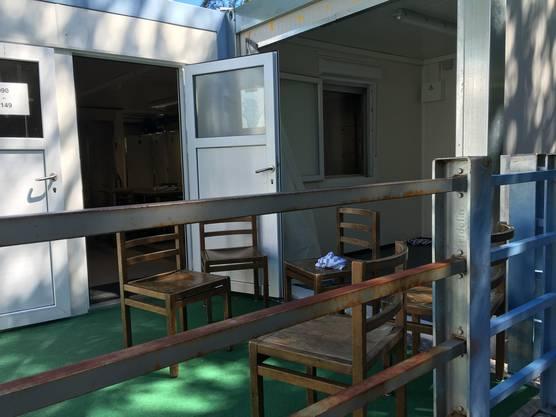 Drinnen wird gegessen, draussen geraucht: Vor dem Essensraum im Container.