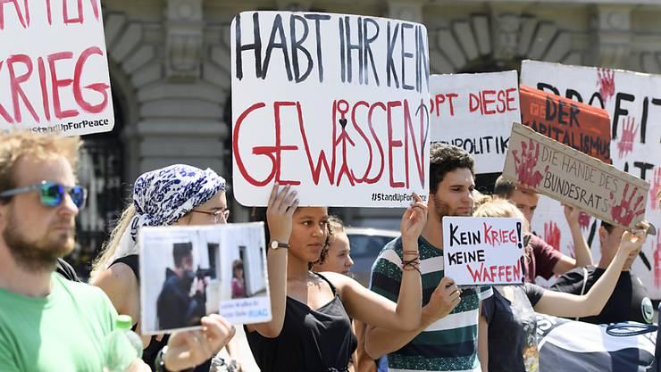 Kundgebung im Sommer 2018 in Bern gegen den Export von Waffen in Bürgerkriegsländer. (Archivbild)