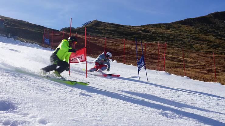 Gleich zwei Weltmeister ziehen auf der Tschentenalp die ersten Schwünge auf Schnee aus der Schneefarm: Der ehemalige Riesenslalom-Dominator Michael von Grünigen und Junioren-Skiweltmeister Lars Rösti.