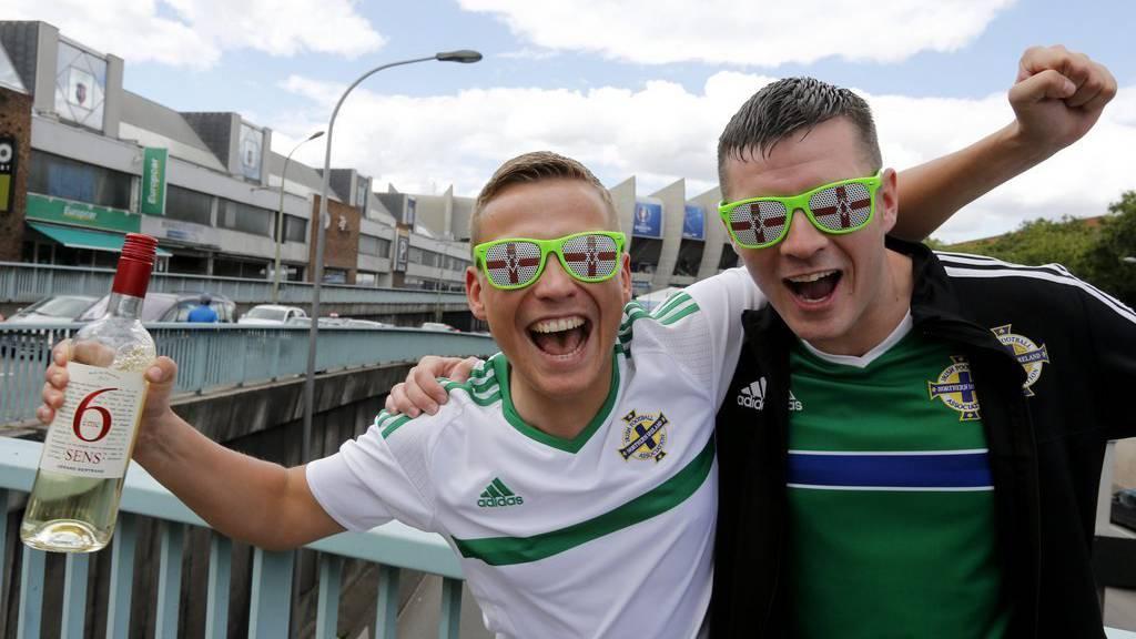 Fans aus Nordirland prosten ihrer Mannschaft zu.