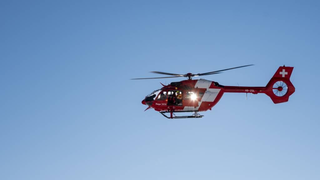 Ein Rega-Helikopter flog den beim Autounfall verletzten Beifahrer vom Jaunpass in ein Spital. (Symbolbild)