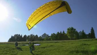 Ein Gleitschirmfliegen beim Startpunkt. Über die Wiese unter dem Kurhaus darf man nicht gehen. (Archiv)