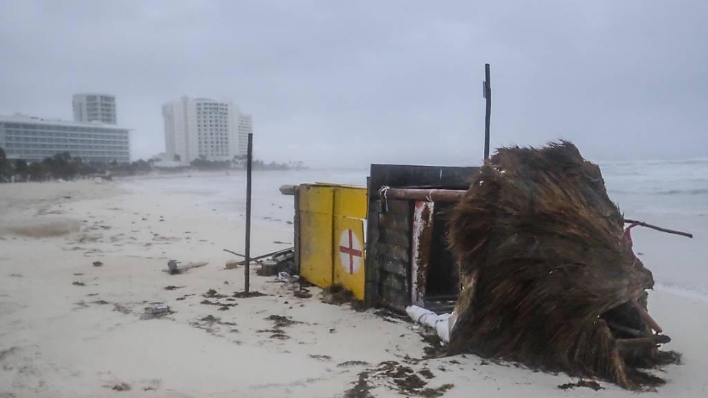 Ein Rettungsschwimmerturm liegt am Strand, nachdem er von den starken Winden in Cancun umgestürzt war. Foto: Victor Ruiz Garcia/AP/dpa