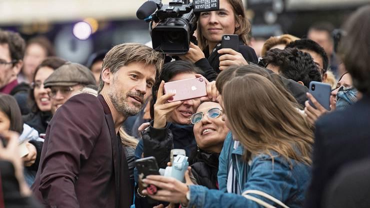 Nikolaj Coster-Waldau posiert für ein Selfie am 15. Filmfestival von Zürich.