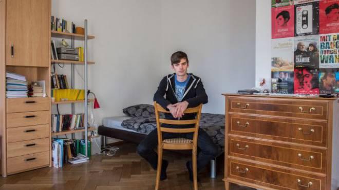 «Hauptsache günstig und ich habe ein Bett zum Schlafen», meint der Jungschauspieler Reto Stalder zu seiner schlicht eingerichteten Wohnung. Foto: Mathias Marx