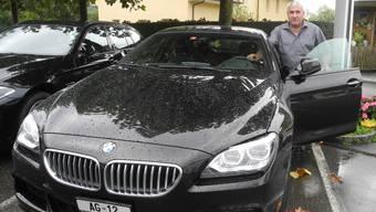 Daniel Kohler steigt in seinen BMW mit der Autonummer AG 12 , mit der schon sein Grossvater unterwegs war.