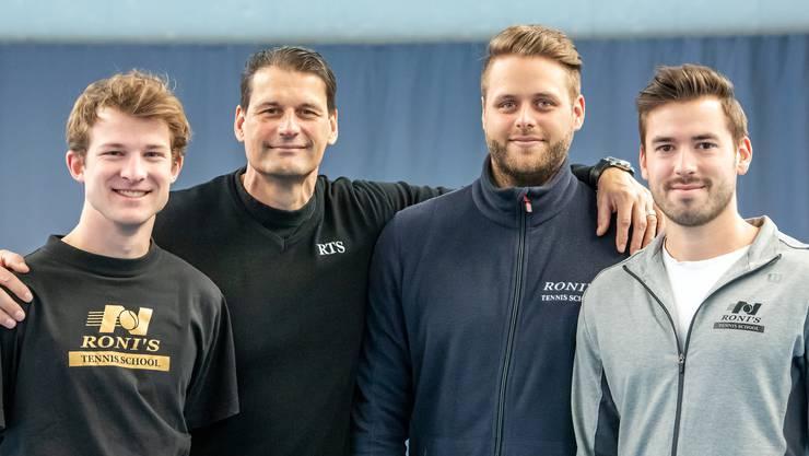 Sie stehen für «Roni's Tennis Schol» (von links): Nikolai Suhr, Roni Blunier (Tennisschulleiter), Jeremy Blunier und Marin Plisic.