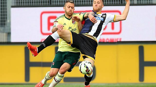 Udineses Silvan Widmer (r.) setzt sich gegen Milans Menez durch