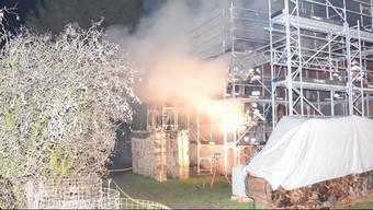 In der Silvesternacht bricht in einem Mehrfamilienhaus in Selzach ein Brand aus. Es ist das 3. Mal, dass die Feuerwehr zu dieser Adresse ausrücken muss. Bereits am 6. April und am 12. Oktober stand das Gebäude in Flammen. Die Polizei ermittelt wegen Brandstiftung.