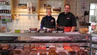 Ihre Kunden haben weiterhin Lust auf Wurst und Schinken: Käthi Haller und Peter Gadient von der Metzgerei Hildebrand.