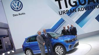 Damals war die Welt noch in Ordnung: VW-Chefdesigner Walter Maria de Silva (zweiter von links) an der diesjährigen Automesse in Frankfurt, kurz vor Bekanntwerden des Abgas-Skandals (Archiv).