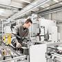 ABB-Techniker in der Fertigung:  Der Konzern drängt ins Batterie- Geschäft.