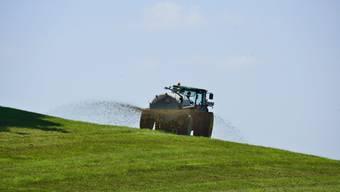 Die Bauern - im Bild ein Landwirt beim Düngen - sehen sich zu Unrecht an den Pranger gestellt.