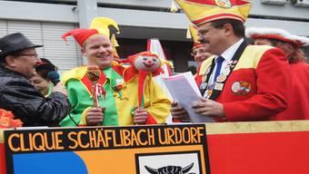 Markus Moosmann, Schirmherr 2013, übergibt seinem Nachfolger Michael Keel (Mitte) das Zepter; rechts Zeremonienmeister Peter Leuzinger.