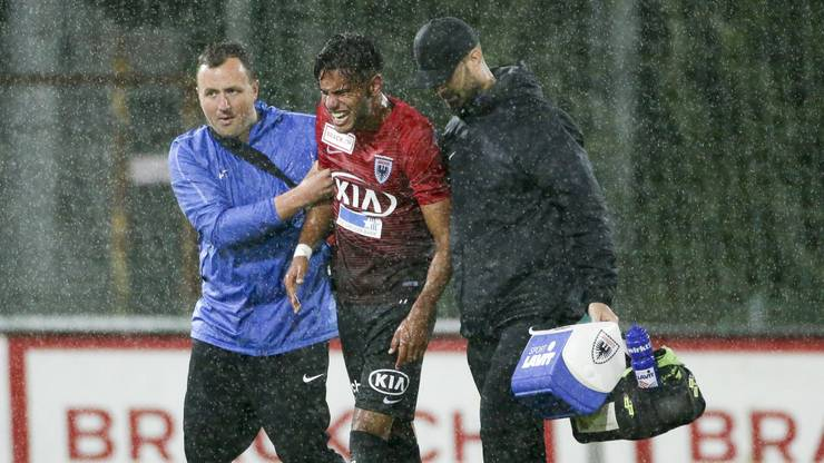 Miguel Peralta muss verletzt ausgewechselt werden.