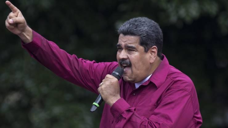 Nicolás Maduro preist sich auf einer Manifestation in Caracas mit neuen Versprechungen als Präsident Venezuelas an.