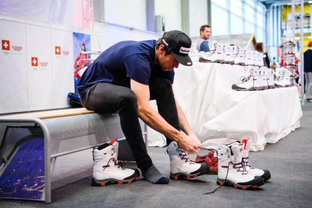 Die Schweizer Delegation kleidet sich am 29. Januar 2018 für die Olympischen Winterspiele in Südkorea ein. Marc Gisin beim Anprobieren des Bugaboot von Columbia.