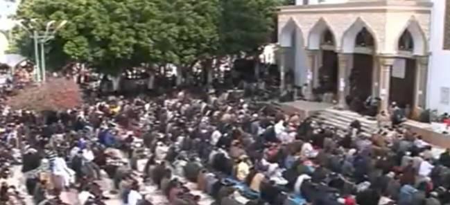 In den Freitagsgebeten in Bengasi wird das Ende des Regimes ausgerufen (Screenshot Al Jazeera)
