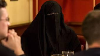 Wer eine Frau zwingt, eine Burka zu tragen, soll nach dem Willen des Bundesrates in Zukunft bestraft werden. (Symbolbild)