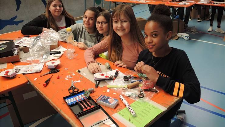 Forschen, konstruieren, tüfteln: Die Schülerinnen nehmen einen Motor auseinander.