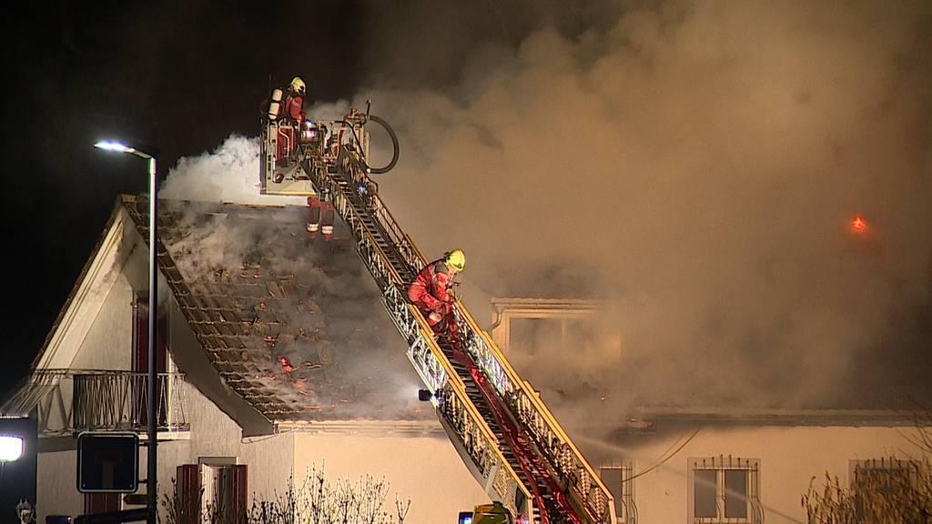 Zell ZH: Einfamilienhaus bei Dachstockbrand komplett zerstört