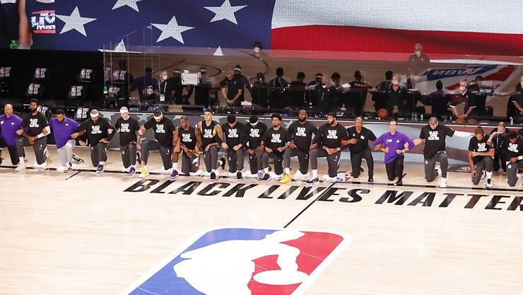 Mit gemeinsamem Protest während der Nationalhymne kehren die Basketballer aufs Spielfeld zurück.