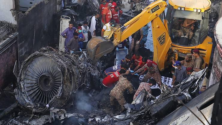 Noch ist unklar, warum ein Airbus der staatlichen pakistanischen Fluggesellschaft PIA in ein Wohngebiet bei Karachi abstürzte. Die Suche nach den Ursachen geht weiter.