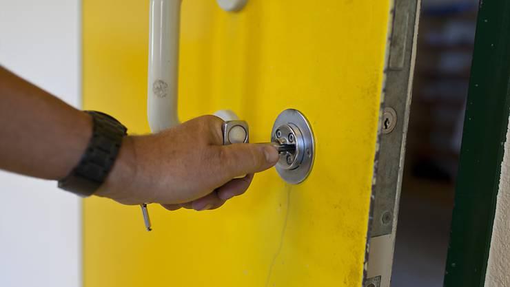 Ein Häftling als Feuerteufel: In La Chaux-de-Fonds NE legte ein Insasse in der eigenen Zelle ein Feuer (Symbolbild).