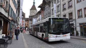 Vier Linien der Busbetriebe Aarau und zwei Postauto-Kurse fahren durch die eigentlich verkehrsfreie Altstadt. (Archiv)