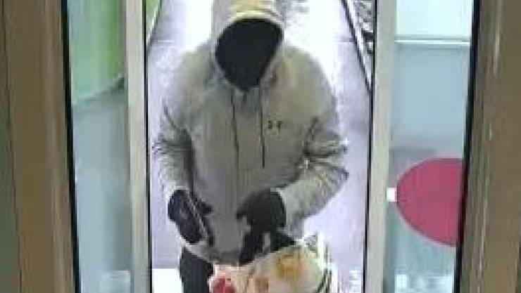 Beim Überfall auf eine Bank in Wittenbach SG wurde der 26-jährige Mann von einer Überwachungskamera gefilmt.