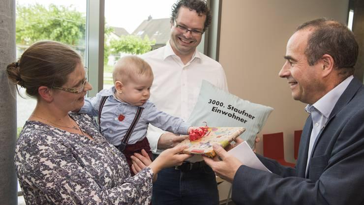 Julian Grohmann ist 3000. Einwohner von Staufen, hier mit den Eltern Bettina Ludi Grohmann und Markus Grohmann und Gemeindeammann Otto Moser.