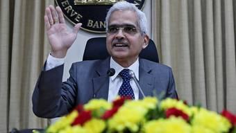 Der Leiter der Reserve Bank of India (RBI), Shaktikanta Das, gibt eine weitere Senkung der Leitzinsen bekannt.