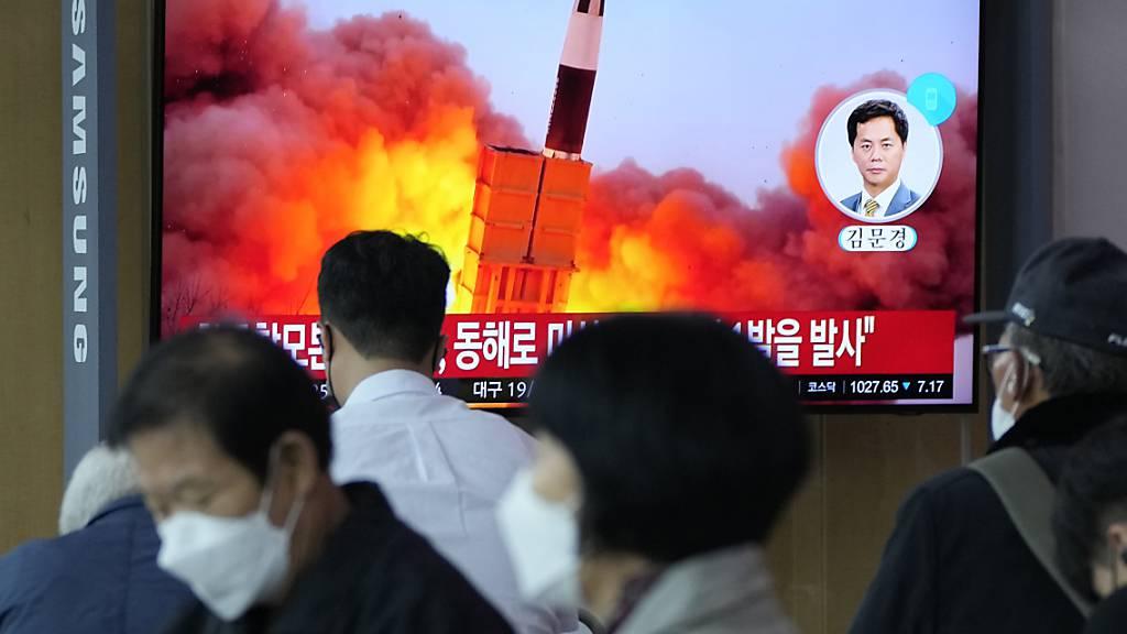 Menschen im im Seouler Bahnhof sehen während einer Nachrichtensendung ein Fernsehbild des nordkoreanischen Raketenstarts. Foto: Ahn Young-Joon/AP/dpa